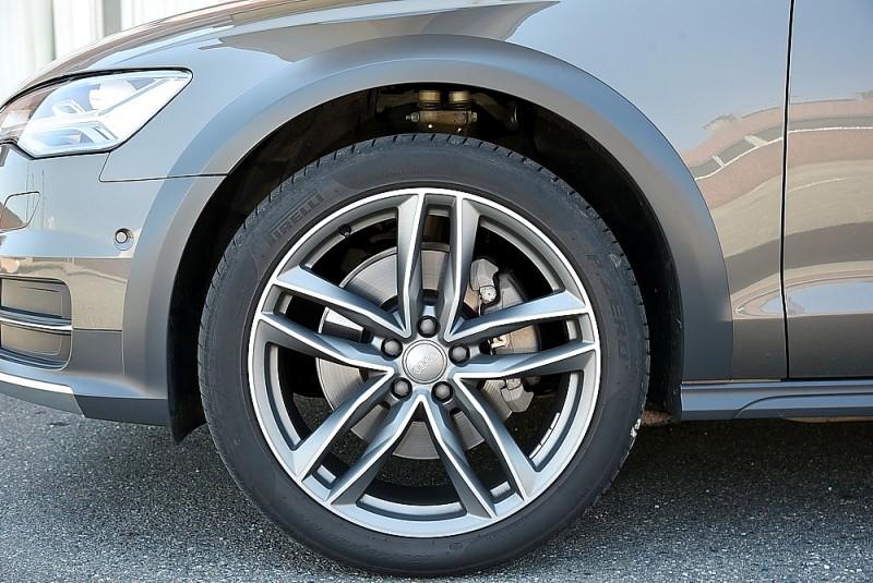 車上搭載的氣壓懸吊能對應路面品質升高降低懸吊
