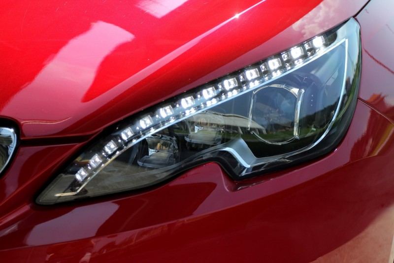 大燈採用矩陣LED照明附有晝行燈光條