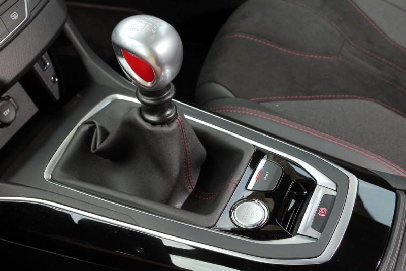 六速手排變速箱經過強化,能承受308 GTi by Peugeot Sport大動力