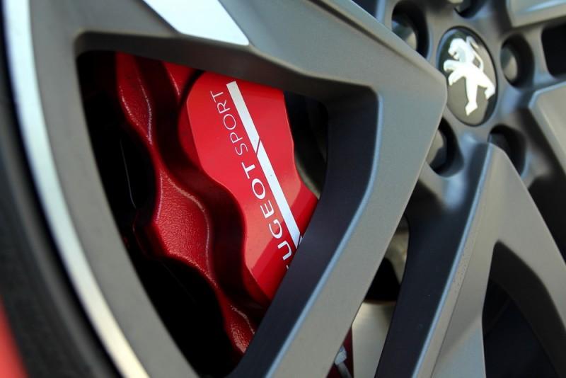 380mm剎車碟盤與鍛造四活塞卡鉗制動力不俗