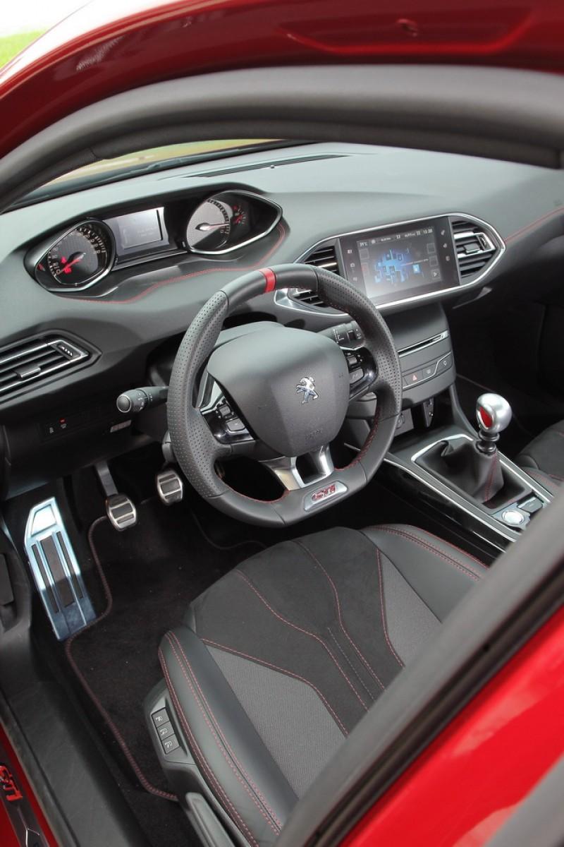 Peugeot i-Cockpit則是將操作界面以最直覺方式呈現