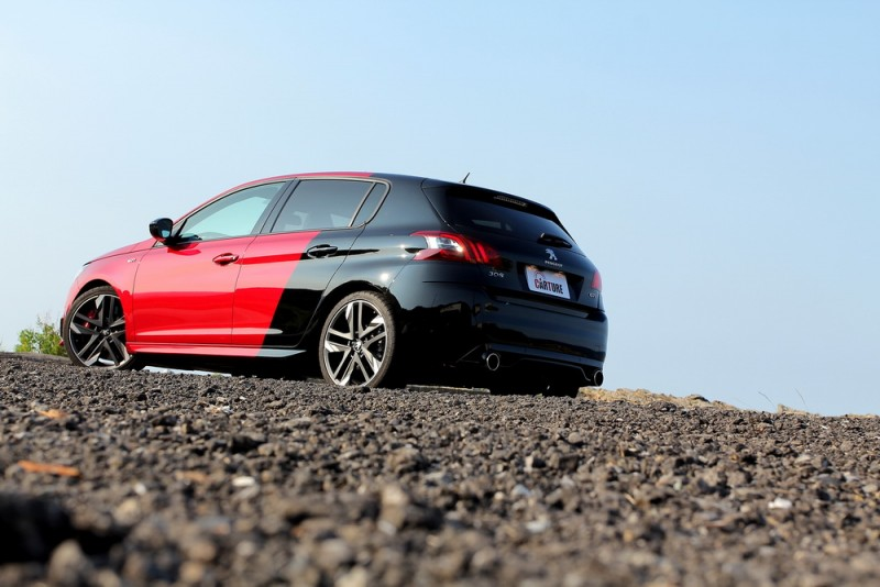 紅黑雙色車漆讓308 GTi by Peugeot Sport頭尾各自擁有不同風情