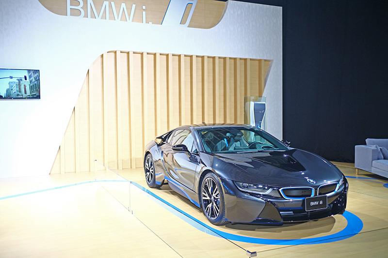 說到電能車,當然不會忘記i8這款油電頂級跑車了。