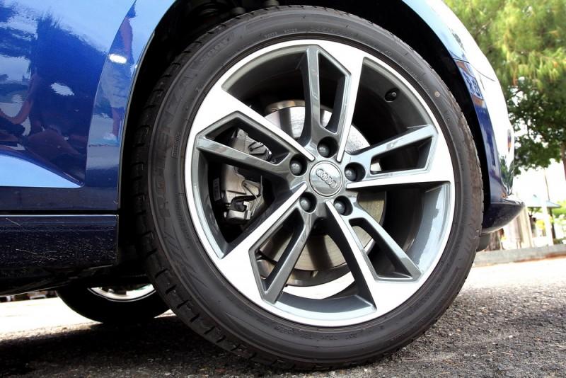 18吋胎圈為選配,鏤空的扇葉造型讓車身更動感,乘坐舒適性也更好