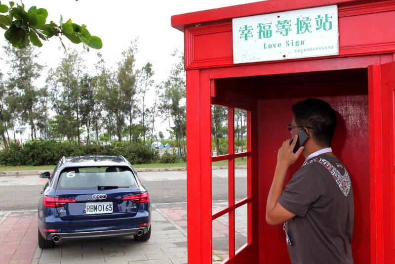 來都來了,我們主編當然要應景一下,但是拿著手機在電話亭收訊是會比較好嗎?