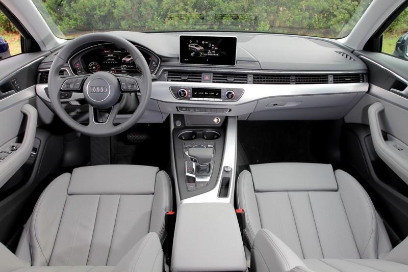 灰色/米白內裝除了好拍,坐進車裡就有愉快好心情,我們稱為大T的雜誌傳統控台角度當然要來一張
