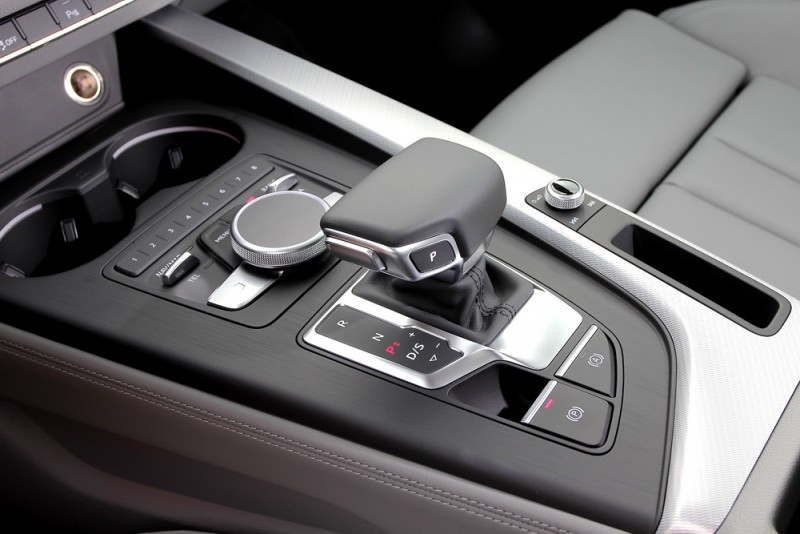 7速自手排變速箱記得要按住左邊按鈕才能進檔,停車時P檔已經改成按鍵了喔