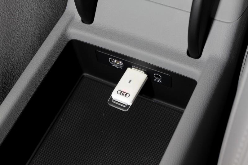 扶手中有雙USB以及音源輸入插座,邊聽音樂也能幫手機充電,擁有無限的抓寶續航力