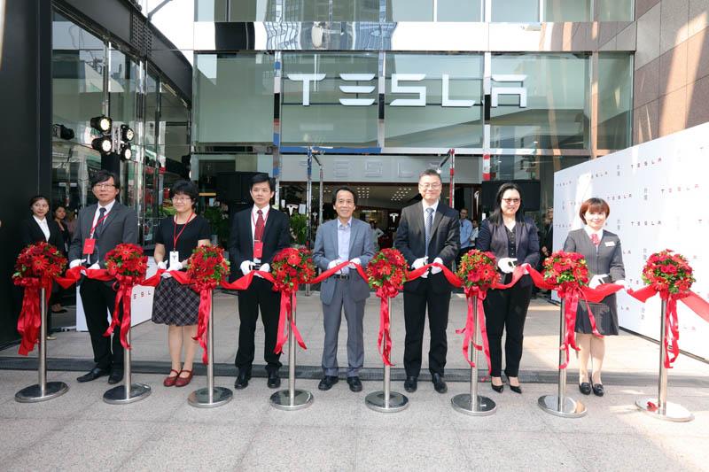 Tesla台北旗艦店在台北市政府副市長林欽榮先生、Tesla 全球副總裁暨亞太區總裁任宇翔先生與Tesla香港、澳門及台灣地區區域總監范菁怡小姐等人剪綵下正式開幕。
