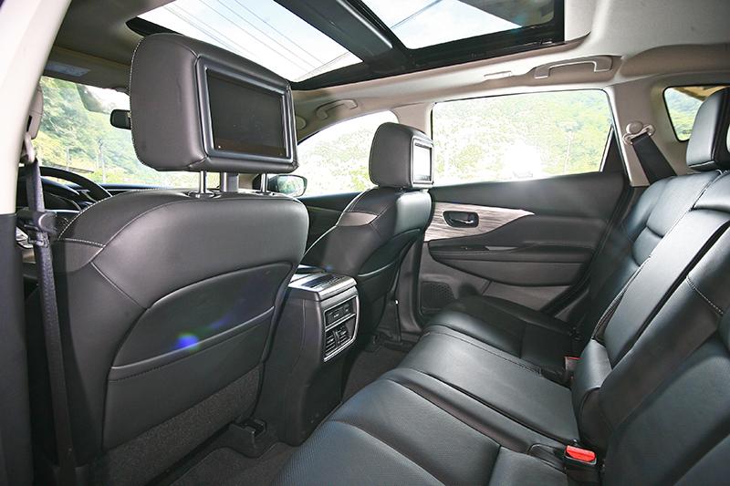 前座頭枕後方標配兩具螢幕,可分別觀賞影片或其他多媒體功能。