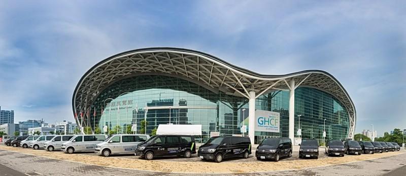 福斯商旅提供35台T6 Caravelle協助高雄市政府於「2016全球港灣城市論壇」活動期間協助國際貴賓參加論壇與各項經貿拜訪