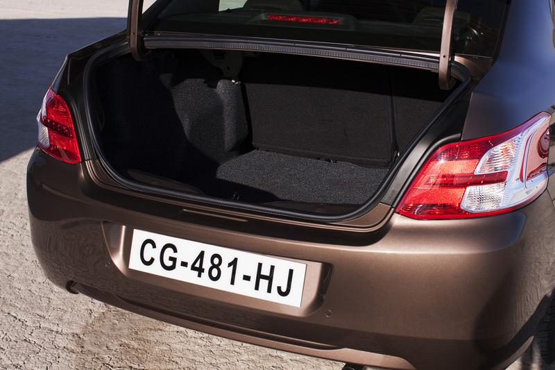 301擁有凌駕同級房車之640L超大行李廂空間,還可透過 60 / 40 分離後座椅背傾倒功能,創造高度平整化且達1,332dm3置物空間
