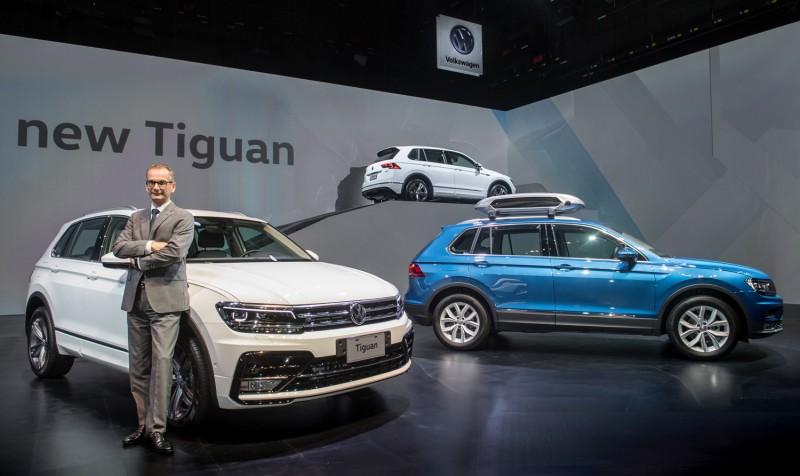 .台灣福斯汽車總裁霍班德與德製最佳小型休旅車The new Volkswagen Tiguan合影