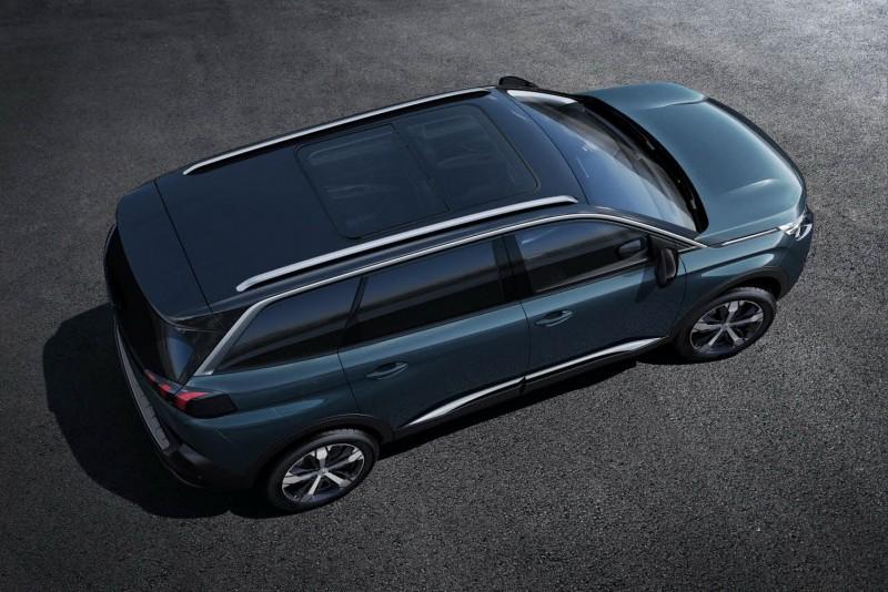 幾乎全平延伸至車尾的車頂,說明了第三排有極佳的頭部空間