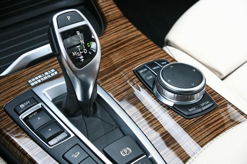 BMW X3排檔桿上標示了8速自排檔位與S檔/手動升降功能,左邊還有動力模式選擇按鍵