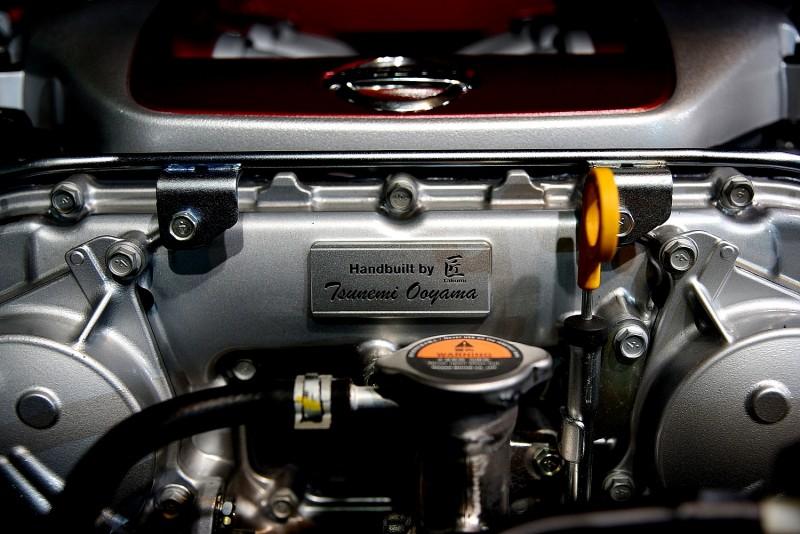 同樣手工組裝引擎,多了匠字中文更有親切感,眼前浮現老技師正在組裝引擎的背影