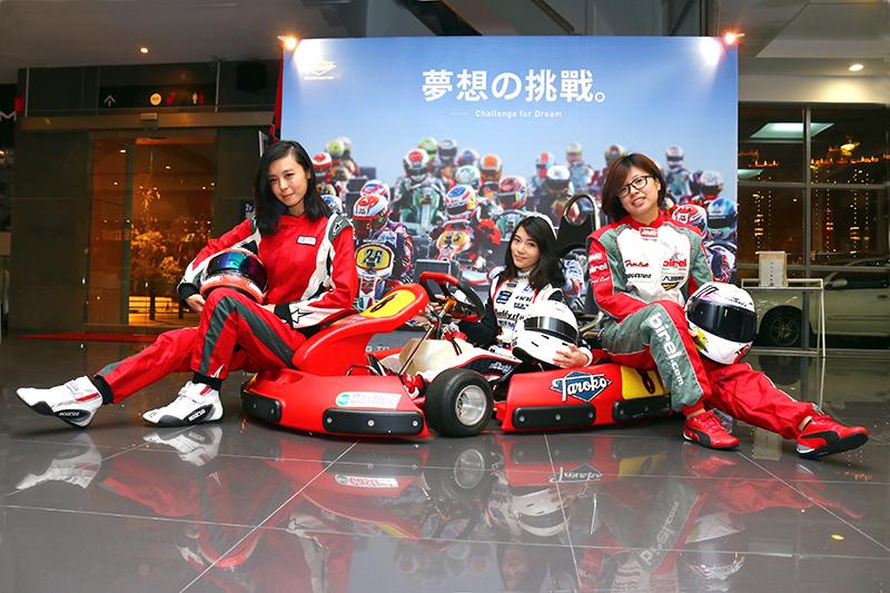 全女孩隊「大魯閣賽車女孩俱樂部TAROKO RG CLUB」成員分別為左方的Iris、右方的Doris以及中間的Betty所組成。