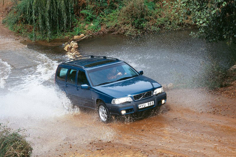 更早的1997年,Volvo更是率先豪華品牌推出V70 XC跨界車款。
