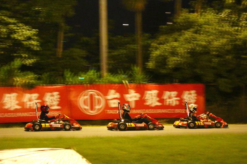 到了第三棒,賽事進入白熱化階段,焦點都放在第三、四名之爭,原本第四名的「魔王哩麥造」〈7 號車〉在比賽結束前10分鐘左右追上「TEAM DREAMER」〈11號車〉,最後更順利超越。