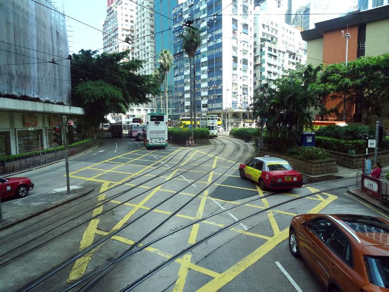 香港市區路幅並不寬,且有巴士、一般車輛與電車同時行駛,卻也相當井然有序。