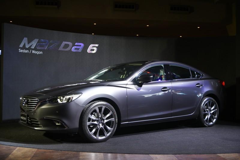 縮在一旁的MAZDA 6 看似孤單,車身上的金屬鋼鐵灰卻是採用魂動紅同級的「匠塗」特殊工法