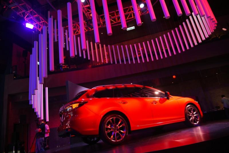現場紅車又打上紅色燈光,視覺效果有了,但卻失去魂動紅原本該有的色澤