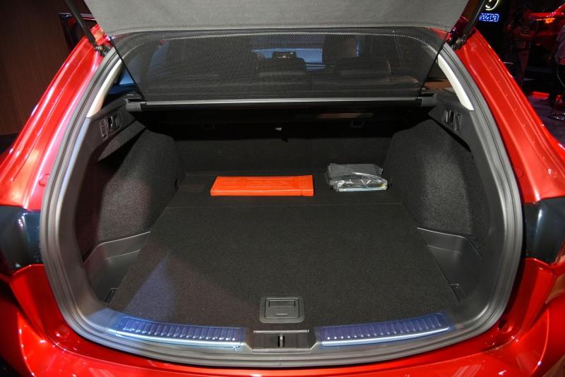 行李廂遮板隨著尾門上掀是個好主意,後座快速傾倒拉環讓空間變化更方便