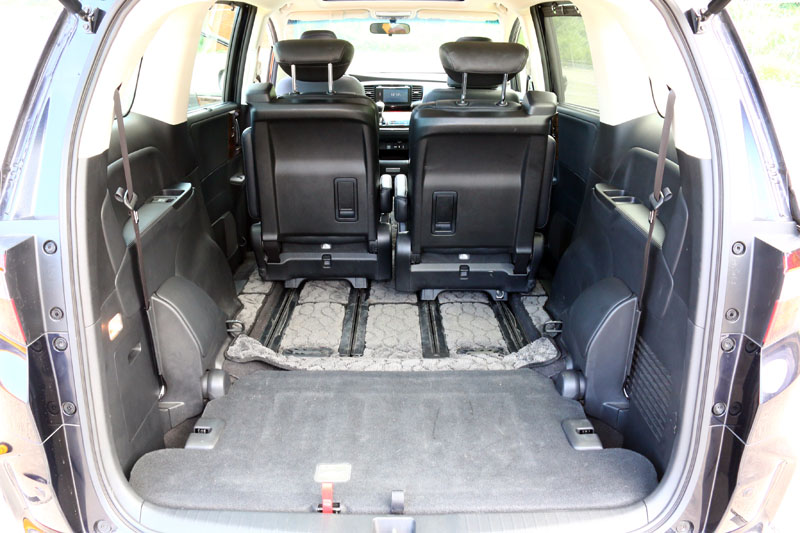 第三排座椅仍然可以收納至後方底板中,騰出更多的載物空間。