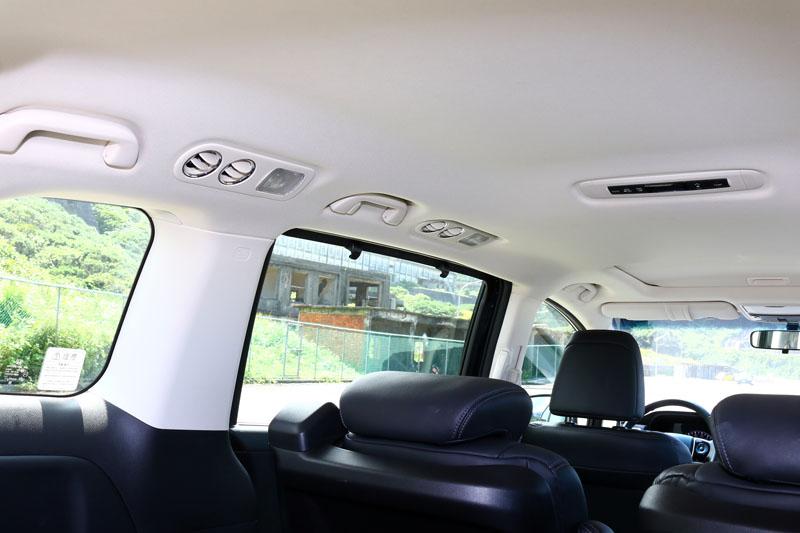後座兩排座位兩側上方都有獨立空調出風口。