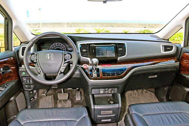 Odyssey的前方視野十分開闊,唯中央多功能資訊系統螢幕較容易反光,略影響使用便利性,是整輛車極少數的缺點之一。
