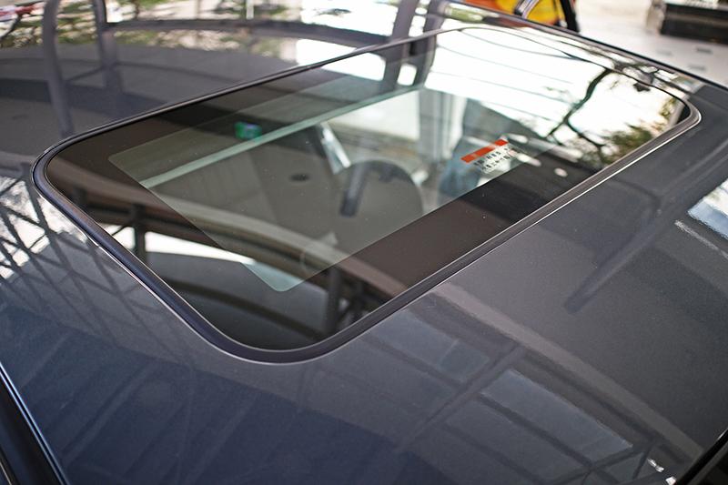 此外,安全經典型也多出了電動玻璃天窗。