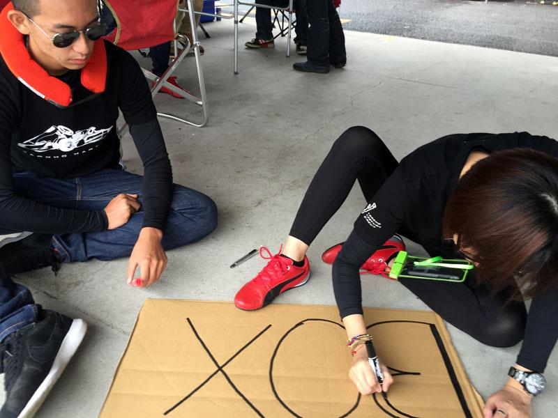 在資源有限下,選手以後紙板製作簡易PIT board。