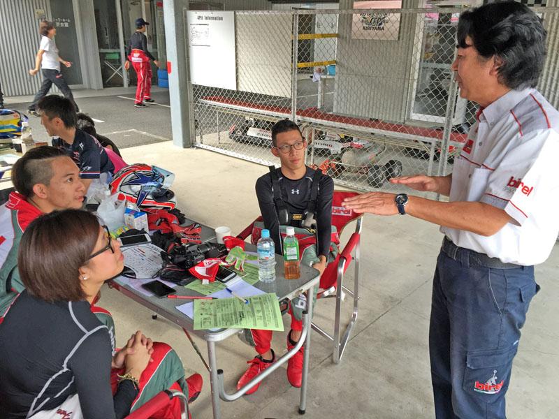 長期關注台灣卡丁車運動的Birel Pacific 佐佐木社長(右)也在現場給予後勤幫助與指導。