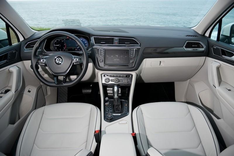 黑白撞色內裝有別於一般單調全黑或全灰設定,車室更明亮開闊