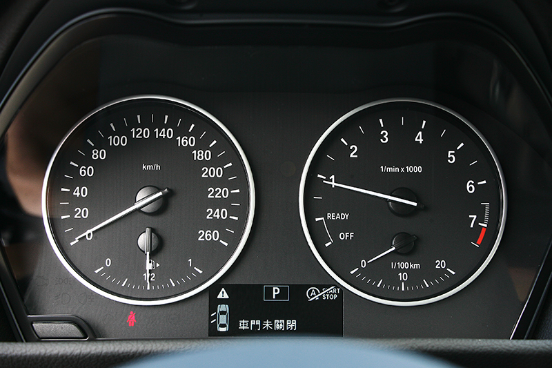 雙環儀表雖然沒有時興的大面積液晶螢幕,但黑底白字也讓判讀資訊清楚明瞭,且標準的BMW風格,再度加分。