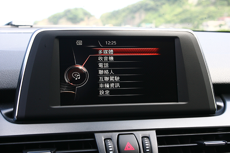 整合控台中央獨立螢幕的iDrive系統依舊擁有相當易於操控的優勢。