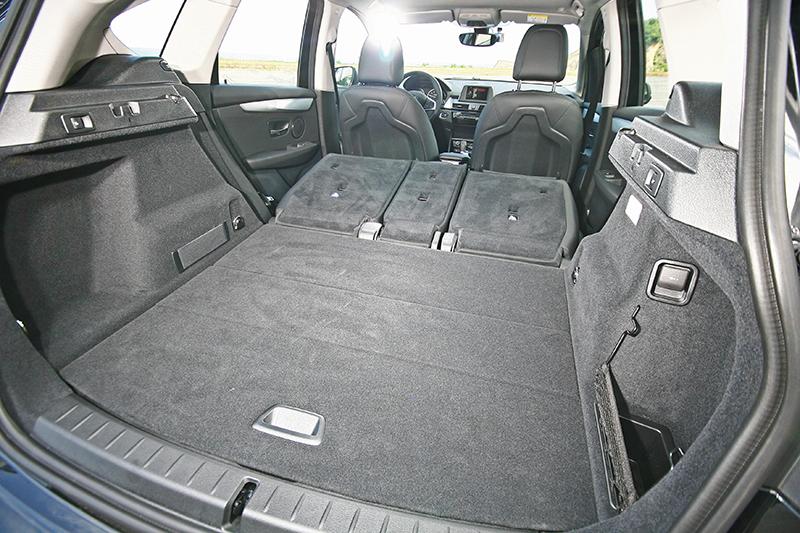 把後座椅背傾倒後,置物空間更立刻獲得大幅擴充。