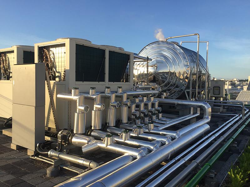 新辦公大樓運用兼具環保與節能效益的熱泵,不但能煮沸熱水同時也可製冷於本大樓空調設備。