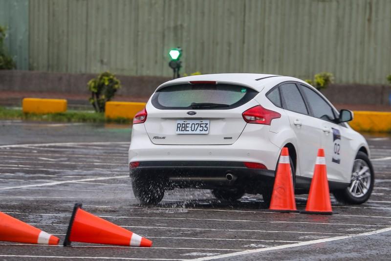 跟進迅速的後軸讓繞錐測試更為輕鬆,減少車頭轉向的負擔。