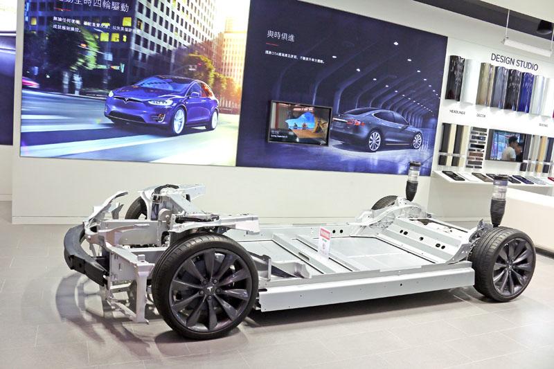 Model S所配置的馬達與電池,所需要的機謝空間並不大。
