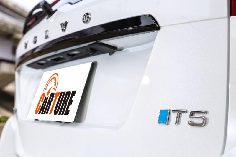 Polestar專屬的藍色logo飾於T5動力銘牌前。
