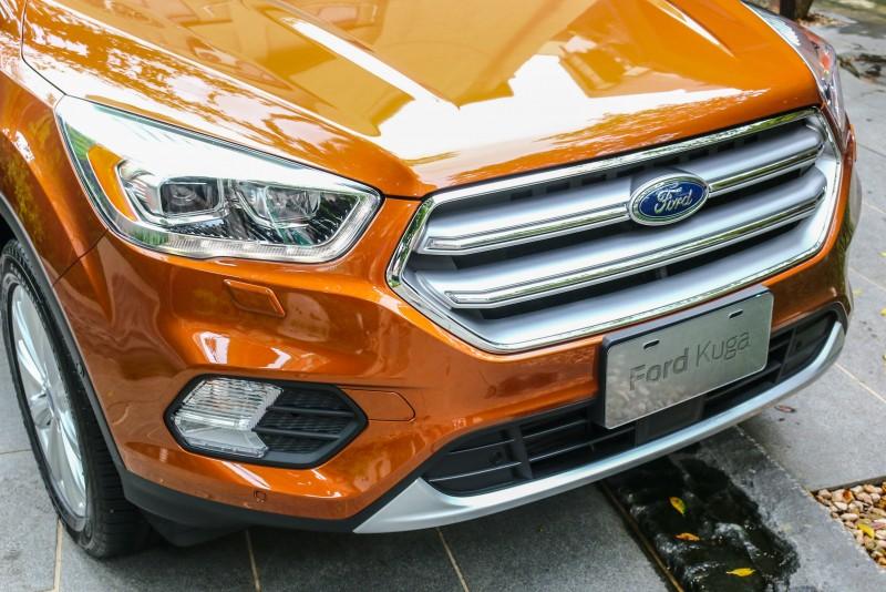 車頭換上了視覺上更為霸氣的梯形水箱護罩搭配LED日行燈,進氣孔及霧燈位置與線條也重新安排。