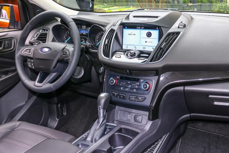 座艙內針對控台造型微調,搭配向左微調的排檔桿,提供駕駛人更直觀的操控體驗。