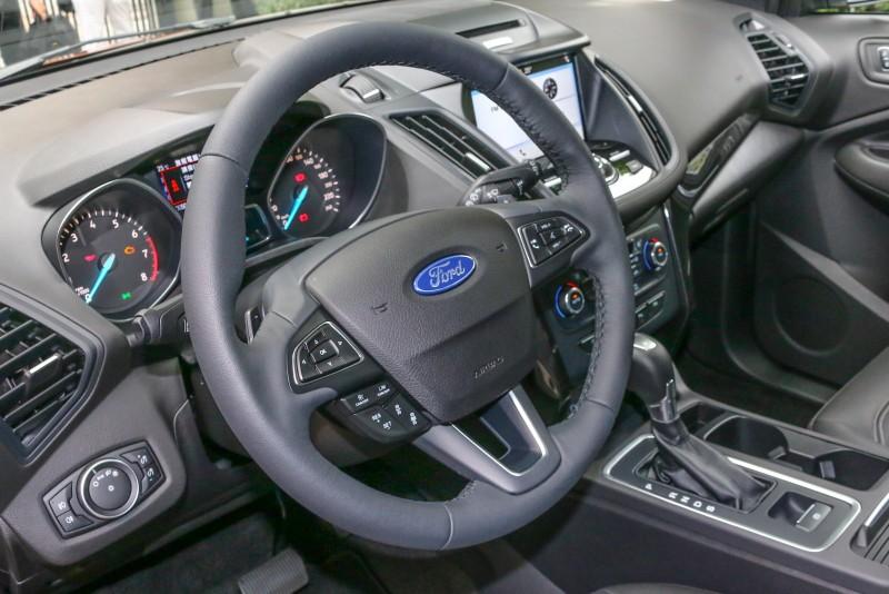 三幅式方向盤讓操控手感升級,配以多功能按鈕與方向盤換檔撥片,提升操控便利與駕馭樂趣。