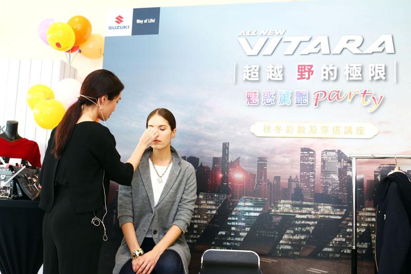 M.C studio 國際彩妝造型總監 Michelle Chang現場示範最新秋冬彩妝畫法。