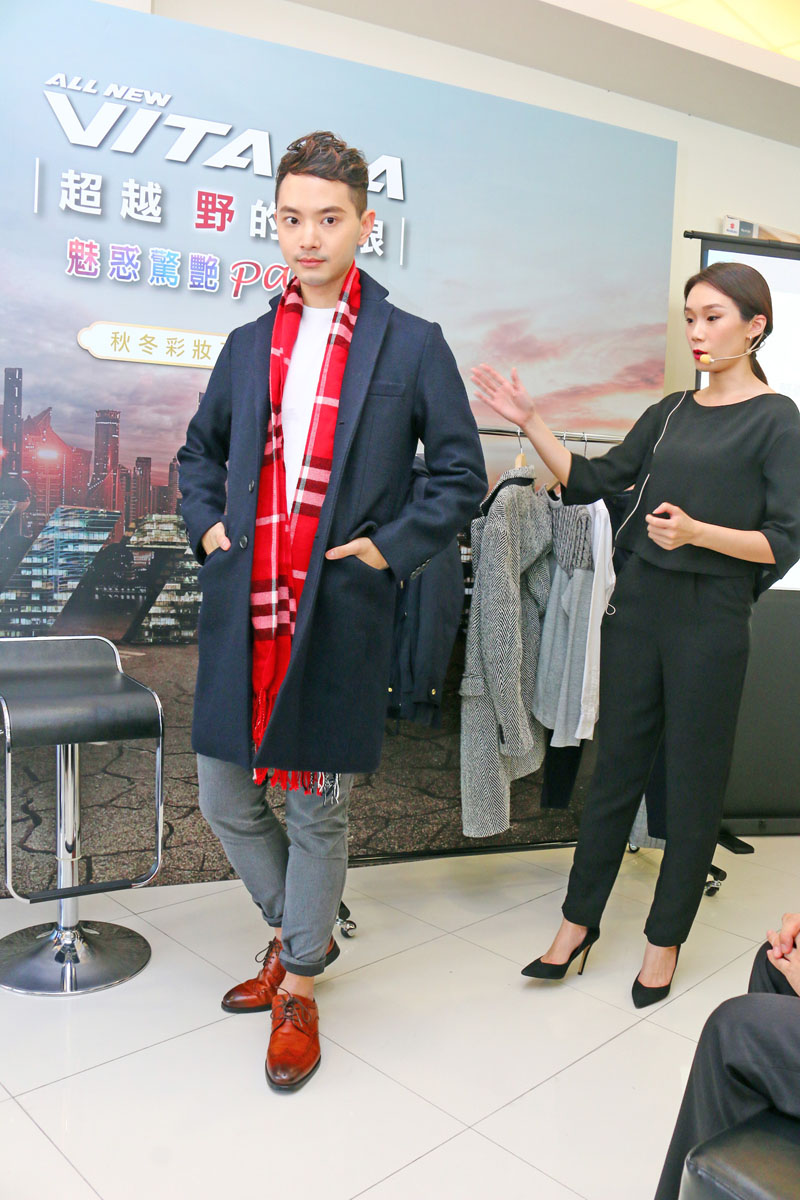 M.C studio 國際彩妝造型總監 Michelle Chang示範秋冬服飾搭配。