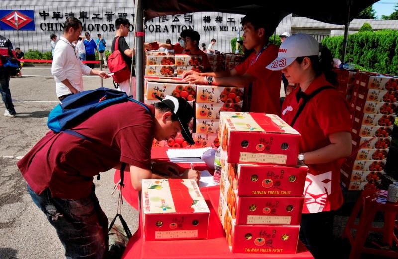 中華汽車長期支持原民產銷 家庭日採購「新竹尖石鄉馬紹阿公甜柿」作為同仁紀念品