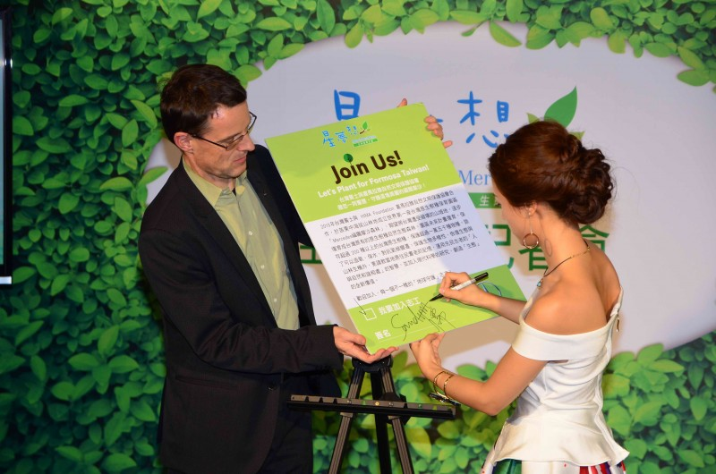 吳姍儒更大方表示,得到金鐘獎的肯定後,更讓她發願要發揮自己的影響力去幫助台灣社會,因此現場率先簽署成為第一位加入福爾摩沙森林志工行列的藝人。