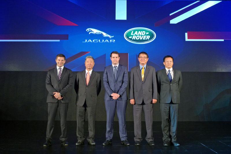 為全力支援台灣市場,Jaguar Land Rover 海外事業部總裁 Dmitry Kolchanov(中)與、APIO亞太市場總裁Robin Colgan(左一)皆來台參與九和汽車新策略發表會。