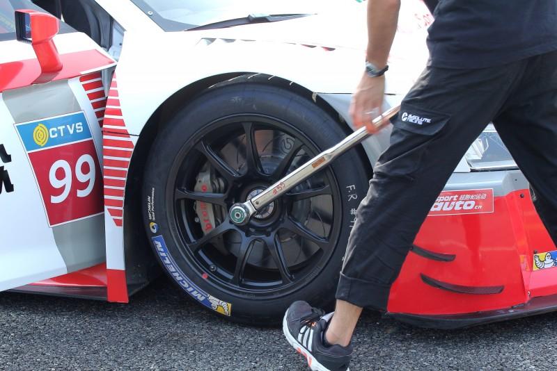 車輛就定位之後,隨車技師立刻確認胎壓與輪圈螺絲
